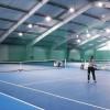 Zawodowi tenisiści trenują na kortach