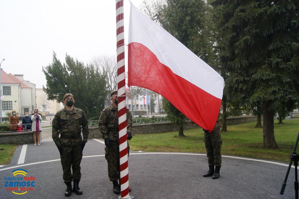 Dzień Flagi przed Starostwem w Tomaszowie