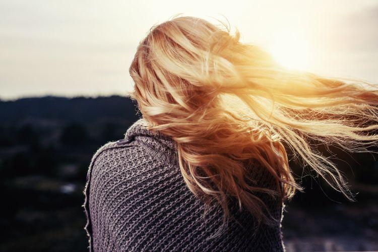 Jak dbać o włosy latem?