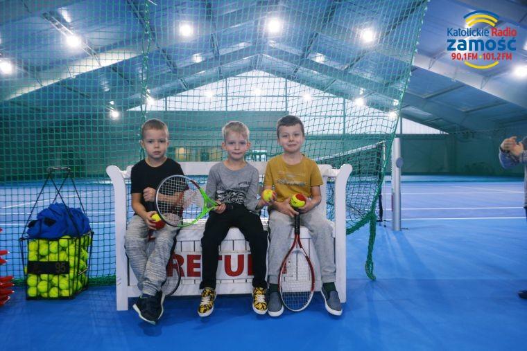 Maluchy uczą się grać w tenisa