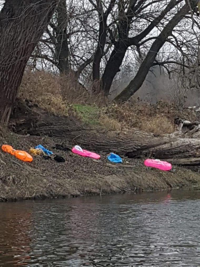 """Na dziecięcych """"dmuchańcach"""" przepłynęli rzekę graniczną Bug."""