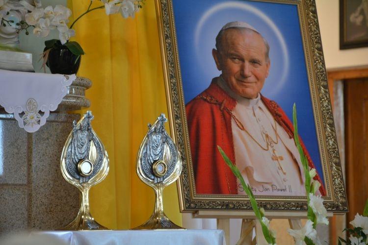 Relikwie św. Jana Pawła II w kościele w Płoskiem