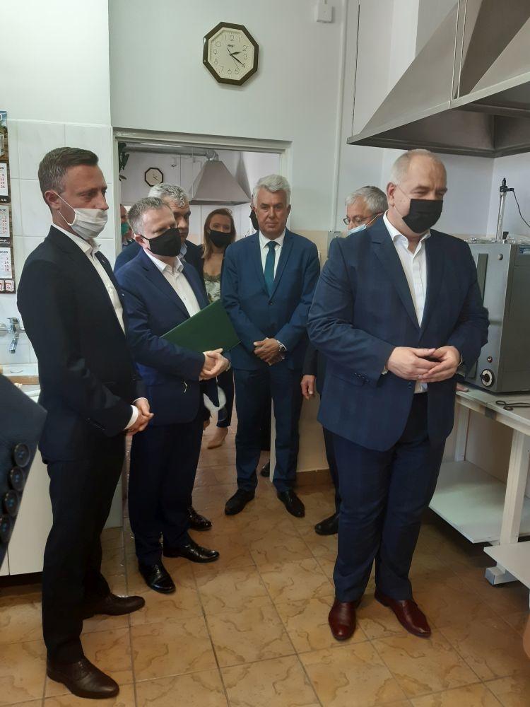 Wicepremier Jacek Sasin w Zamojskich Zakładach Zbożowych