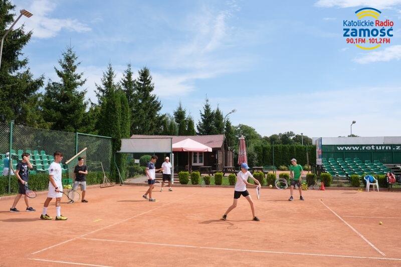 Wszyscy, bo młodsi i starsi uczą się grać w tenisa. Przed zawodnikami…